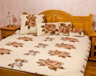 """Komplet wełniany= kołdra , podkład + 2 poduszki 40 x 60 """"Standard Róże"""""""